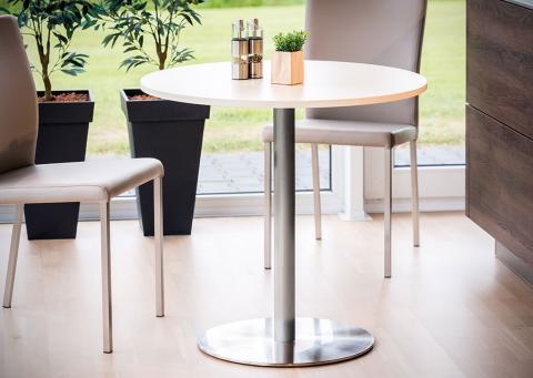 Tischgruppe mit rundem Tisch