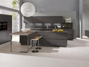 Einbauküche Alnostar Dur grifflos mit Kufentisch